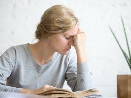 Frau mit chronischen Schmerzen