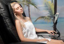 Frau in Massagesessel