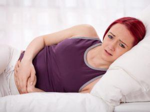 Frau mit Dysmenorrhea