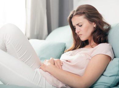 Frau mit Unterleibsschmerzen