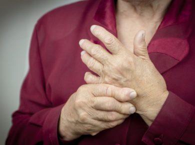 Frau benötigt Arthritis Behandlung