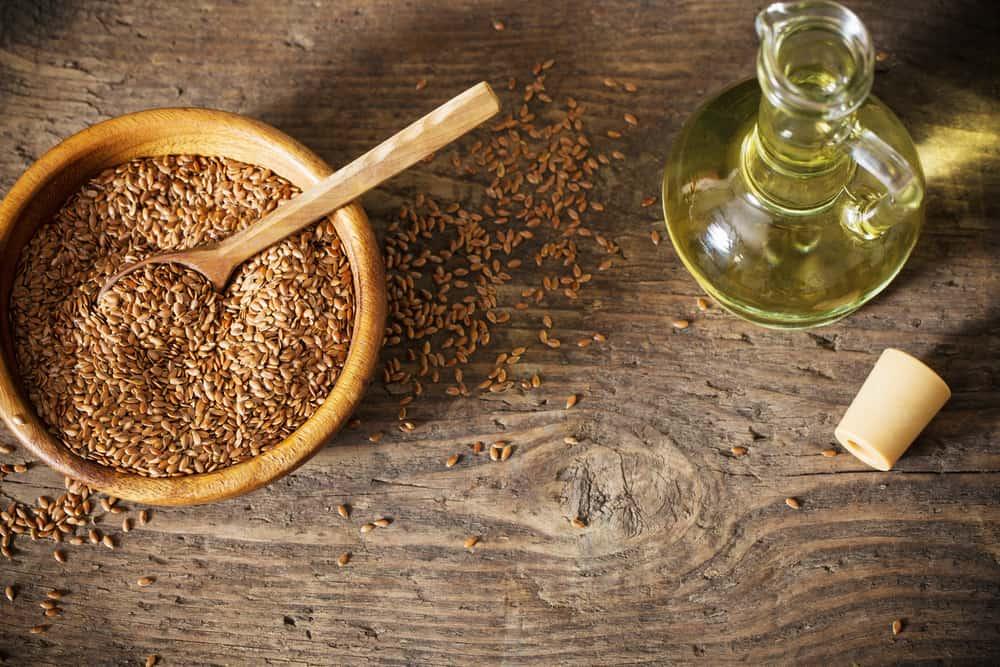 Leinsamen und Leinöl auf einem Holztisch