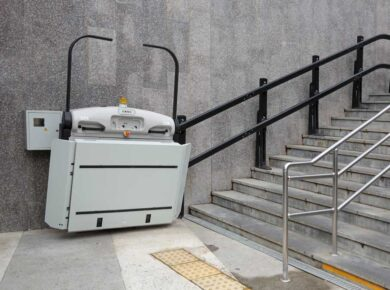 Großer Treppenlift, installiert an einer Treppe